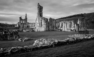 Byland Abbey 的形象. uk sky blackandwhite abbey geotagged byland englishheritage bylandabbey olympusm1442mmf3556iir olympusomdem10