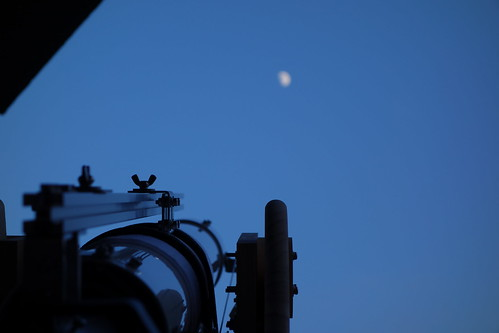 moon_4 自作天体望遠鏡を月に向けている写真。日没前で空は暗い青色。
