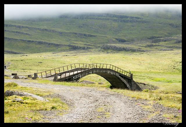 Puente antiguo sobre el río Hamarsa