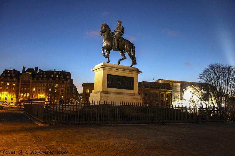 PARIS - Place Dauphine / Statue Équestre d'Henri IV