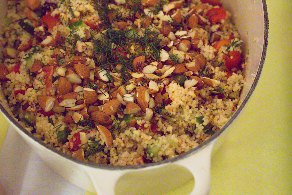 couscoussalat mit feigen, cranberries & tofudressing