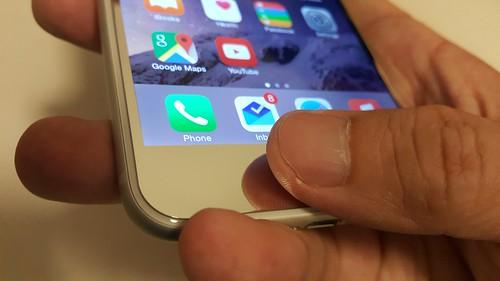 แม้ตัวกระจกนิรภัยจะทำให้หนาขึ้นมาอีกนิด แต่ TouchID ยังใช้ได้ตามปกตินะ