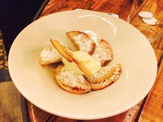 Empanadillas de manzana con helado de vainilla