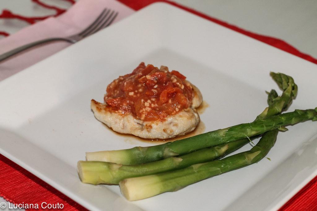 Frango ao molho de tomates e mostarda de Dijon com aspargos