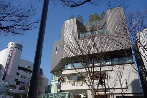 "Shibuya_10 明治神宮前の交差点のビルディングを撮影した写真。 手前中央は ""東急プラザ表参道原宿"" である。"