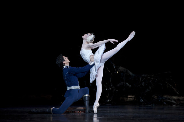 Federico Bonelli as Prince Siegfried and Sarah Lamb as Odette in Swan Lake, The Royal Ballet © ROH/Bill Cooper, 2011