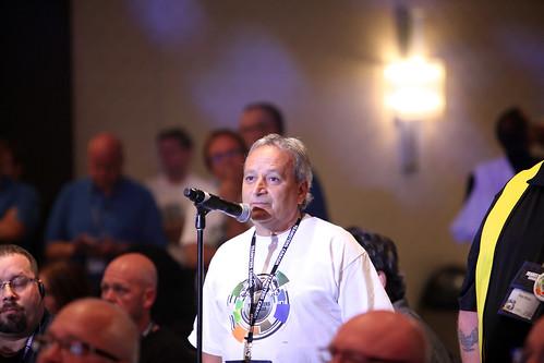 Male Asking Question at Conference / Homme posant une question à une conférence