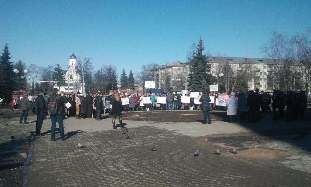 Какой-то митинг на площади Победы прямо сейчас