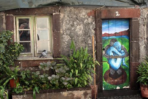 Bemalte Tür mit Fotograf und Taube