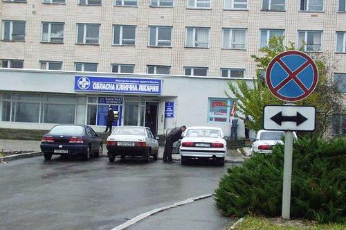 Аптека розплатилася з лікарнею парканом та стоянками