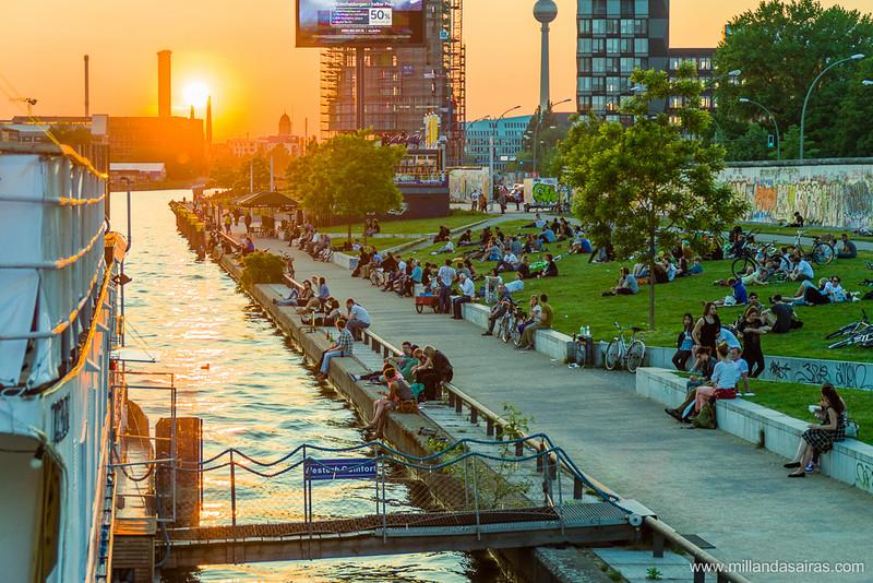 Gente reuniéndose en la East Side Gallery para disfrutar la puesta de Sol