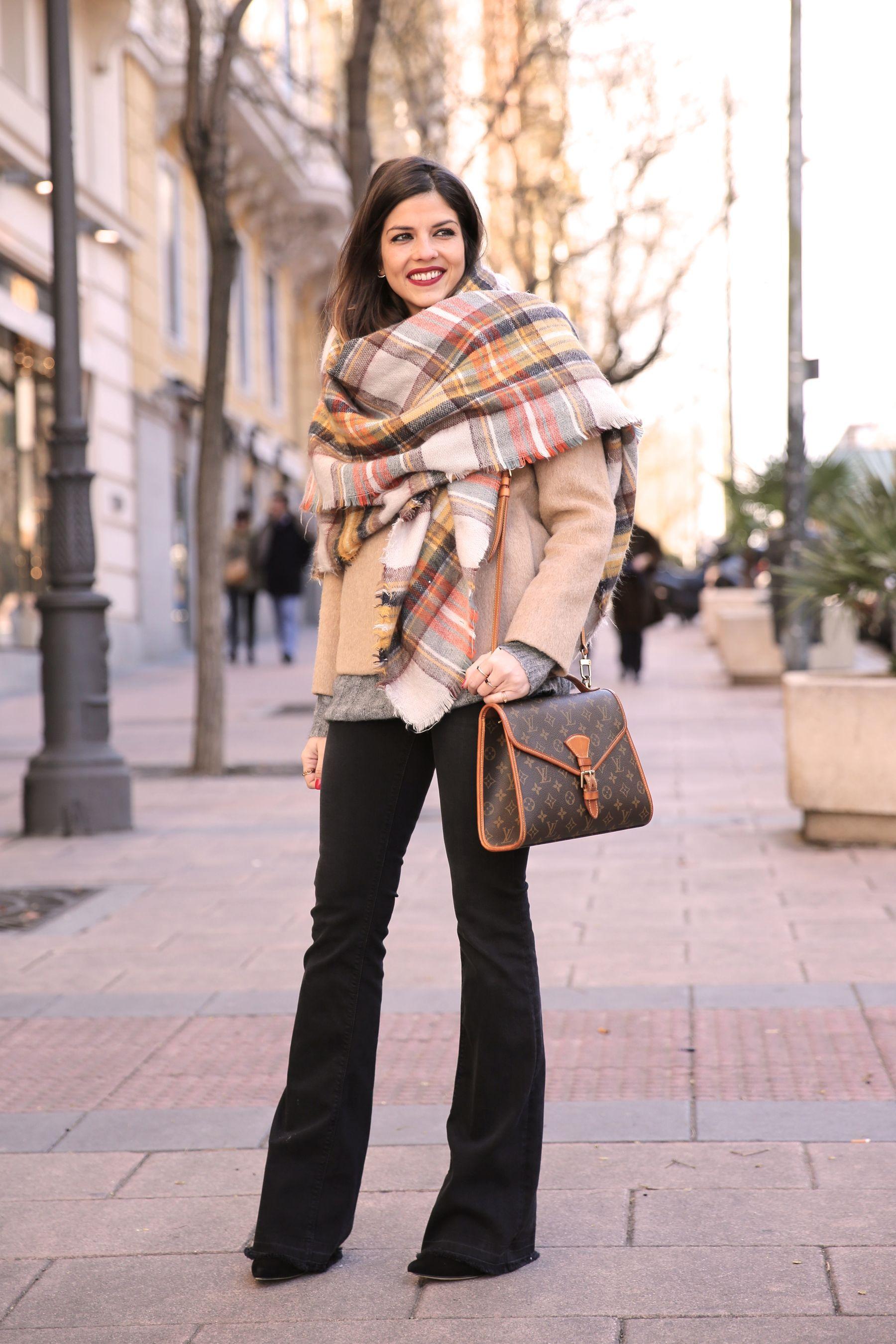 Look casual chic con maxi bufanda, abrigo de paño beige y vaqueros campana