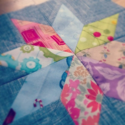 #лоскутное одеяло потихоньку растет😊, и скоро появится в моем блоге. #лоскутноешитье #patchwork #домродной
