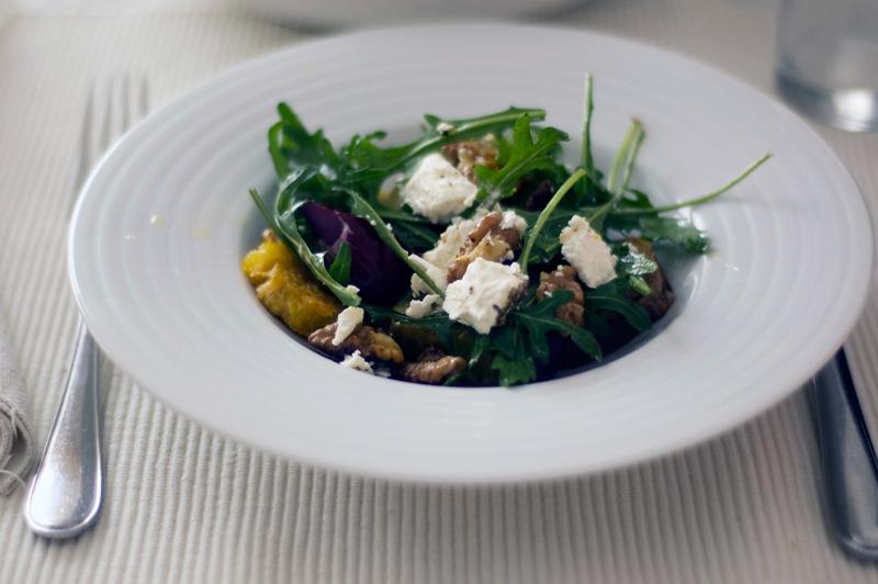 Salada de batata doce, queijo de cabra e nozes fritas