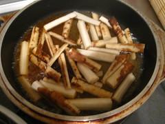 調味料を煮立て、ごぼうを加えます