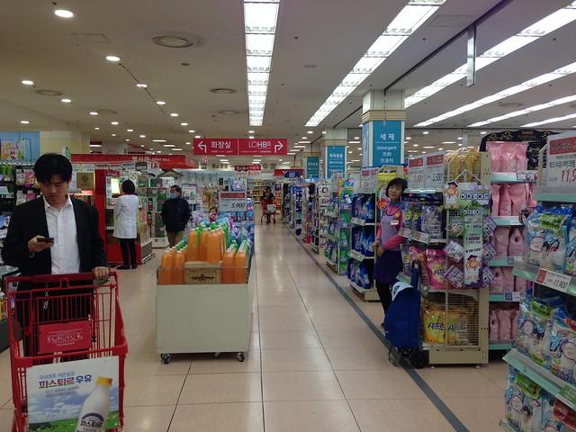 Lotte Mart aisles