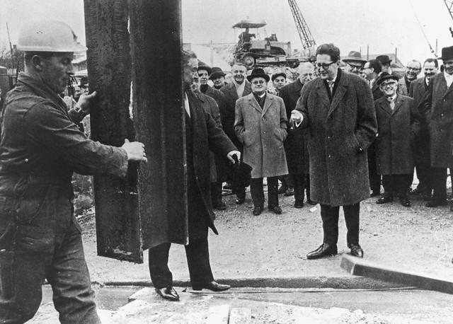 Vor exakt 50 Jahren erfolgte der Rammstoß am heutigen U-Bahnhof Nordfriedhof. Der damalige Oberbürgermeister Hans-Jochen Vogel begleitet das Ereignis (Archiv: FMTM e.V.)