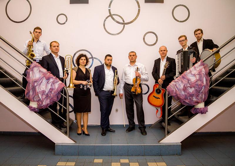 """Moderator si interpret Valeri Lincovschi cu echipa  """"RetroModern"""". > Foto din galeria `Despre companie`"""