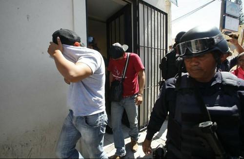 Policías se enfrentan con maestros de la Ceteg y normalistas en Chilpancingo