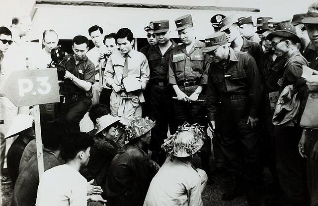 SAIGON 1962 - Đại tướng Lê Văn Tỵ Tổng tham mưu trưởng nói chuyện với du kích quân VC bị bắt