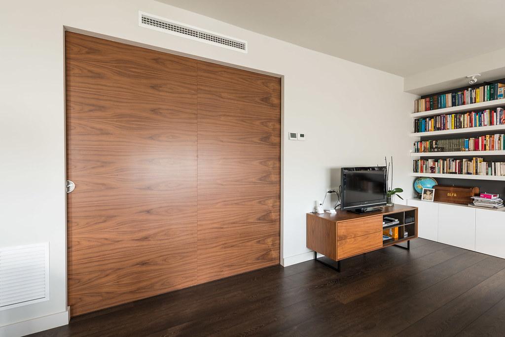 Porta corredissa de fusta. Separació del saló amb la resta del pis.