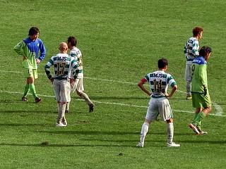 どの選手もユニフォームを泥だらけにしながら戦い、前半は1-1で終了する。