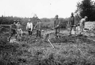 New settlers at a digging bee in Abitibi, Quebec, 1934 / De nouveaux colons se réunissent pour une corvée de creusage en Abitibi (Québec) en 1934