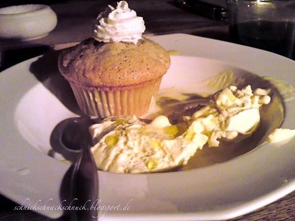 Vanilleeis mit Olivenöl und Salz an Birnen-Zimt-Muffin