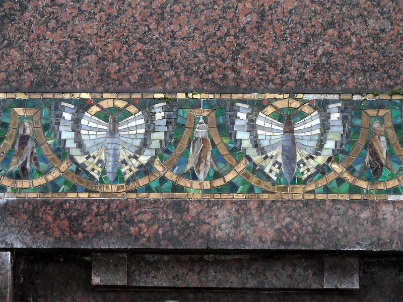 Mosaik mit Schmetterlingen am Familiengrab Lessing, Lahnstein