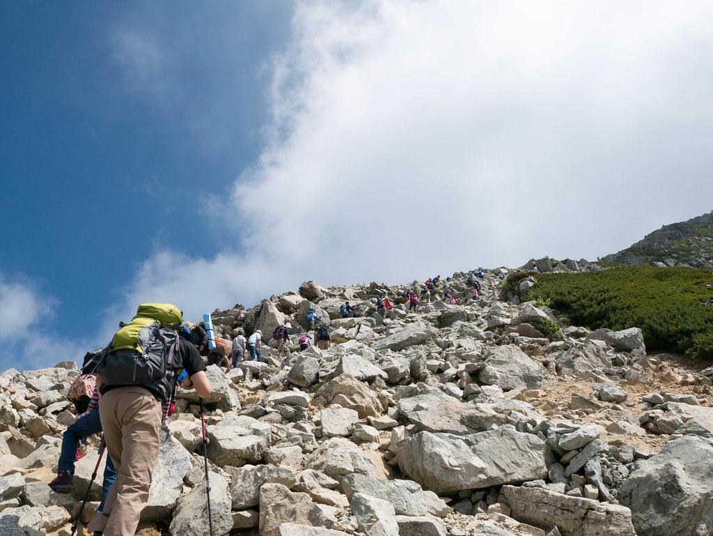 一の越山荘から見上げる雄山までの道