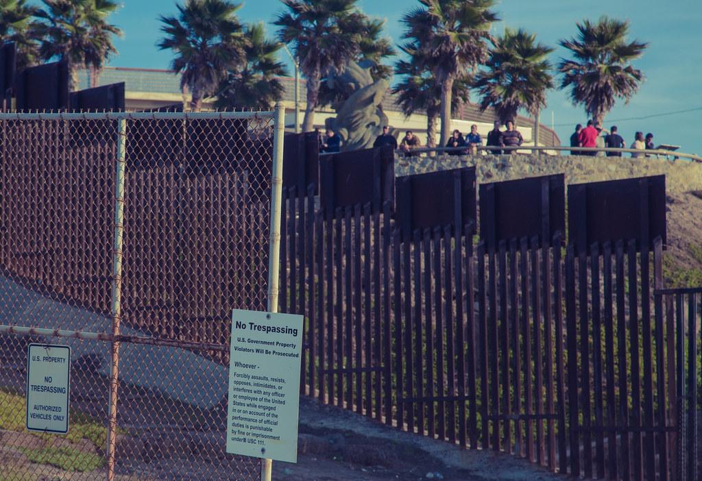 Resultado de imagen para border fence