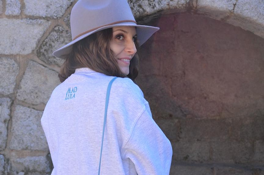lara-vazquez-madlula-look-streetstyle-back-grey