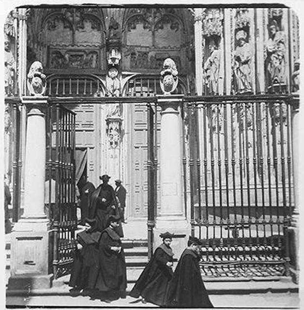 Seises saliendo de la Puerta de los leones en 1900. Fotografía de Augusto T. Arcimis © Fototeca del IPCE, MECD. Signatura ARC-0704_P