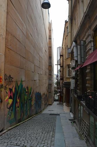 Blick auf Graffities in einer Seitengasse in Istanbul