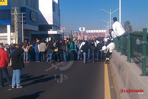 Se manifiestan trabajadores del Cobach, cierran Salvador Nava