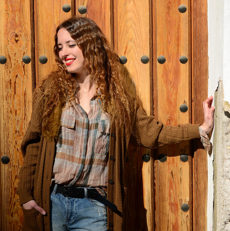 Frente a una puerta del pueblo de Grazalema