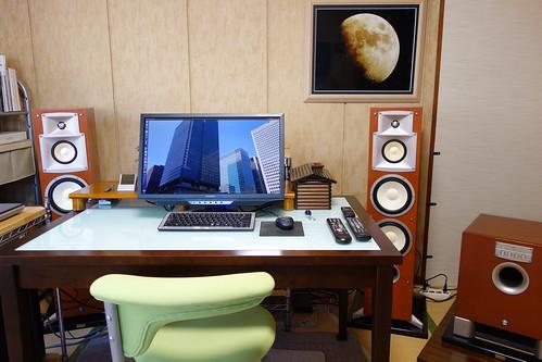 "My Room_(2015_02_10)_2 部屋の写真。中央にはPC ディスプレイとキーボードとマウスとオーディオ装置用リモコンが置かれたテーブルと黄緑色の回転椅子があり、奥にはフロント チャネル用の大きなトール ボーイ型スピーカー システムがフロント カヴァーを外した状態で2本あり、右端には大きなサブウーファーが置かれている。 ""NS-8HX"" はフロント カヴァーが外されてペーパー コーンの振動板と金属光沢を放つドーム型トゥイーターが写っている。PC ディスプレイにはUbuntu OSのデスクトップが表示されている。壁に掛けられた額には黄色い月の写真が収められている。"