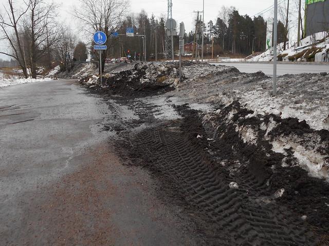Uusittu nurmireuna auraustuhottuna Espoon Leppävaaran ja Karakallion välillä 20.2.2015