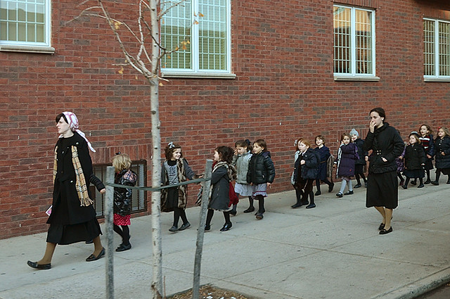 Niños camino del colegio en el barrio judío de Nueva York
