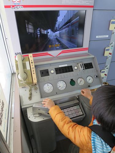 モノレールの運転席で遊ぶとらちゃん