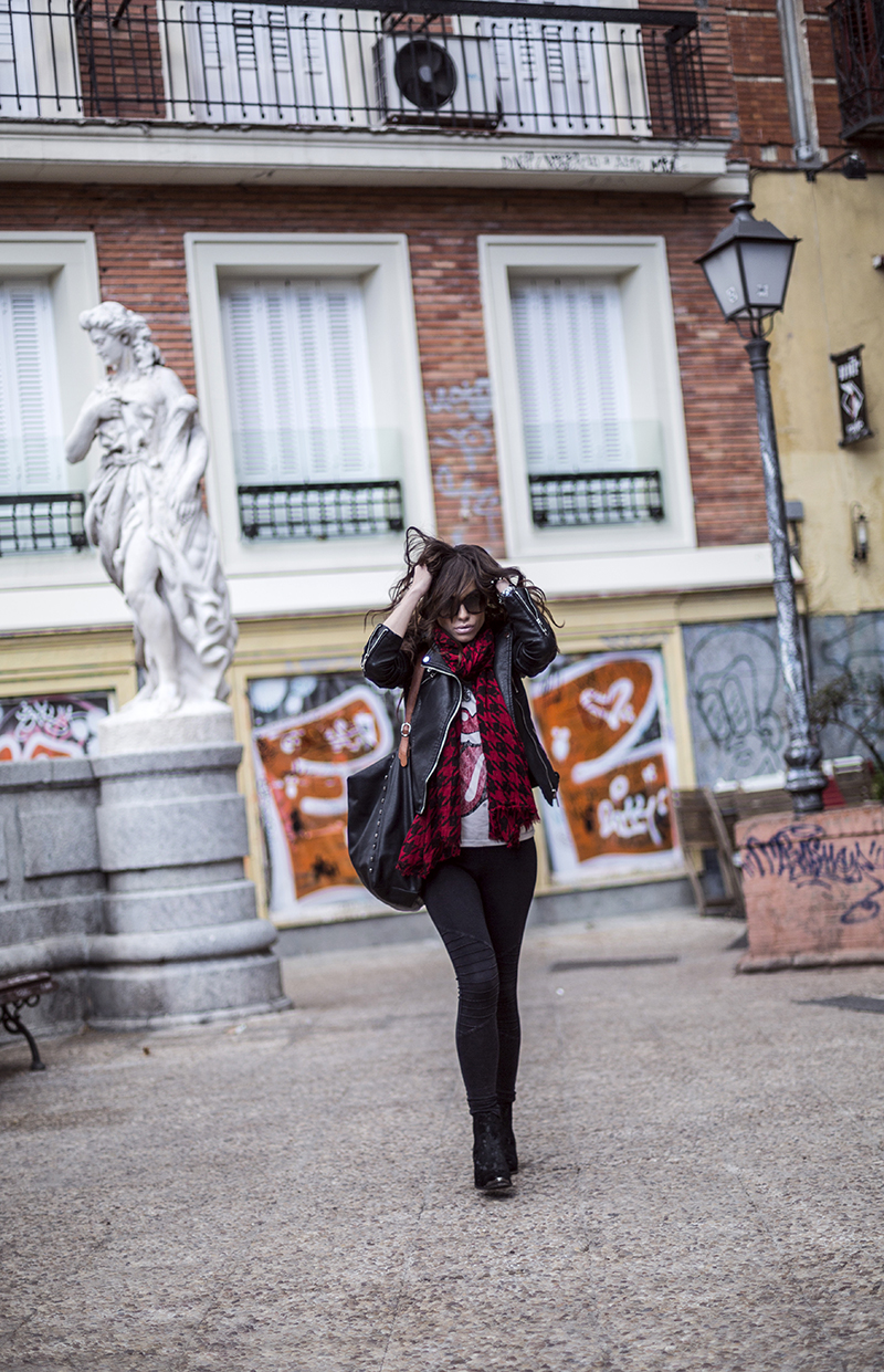 street style barbara crespo tongue and lips shirt rolling stones sender boots red scarf leather jacket fashion blogger outfit blog de moda