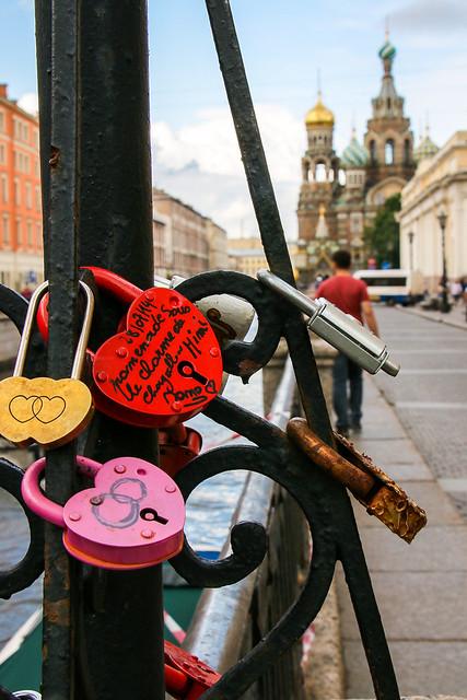 Padlocks near Church of the Savior on Blood, Saint Petersburg, Russia サンクトペテルブルク、血の上の救世主教会近くの恋人たちの鍵