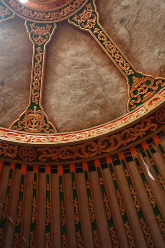 蒙古包屋頂,可見到雕刻梁間的羊毛氈。圖片作者:Beth Burdick,圖片來源:https://www.flickr.com/photos/birdvoyeur/3811944013/in/photostream/,本圖符合CC授權使用。