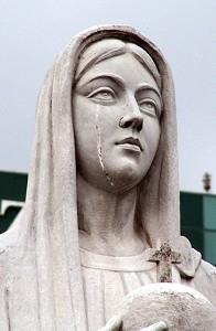 2005年10月31日,越南胡志明市,一个天主教教堂内的圣母玛利亚雕像落泪,数千人看到了这个奇迹。