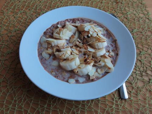 Frisch geflockter Hafer mit Kakao, Banane und gerösteten Mandelblättern
