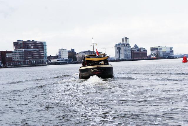 Péniche traversant l'Ij vue depuis un ferry à Amsterdam