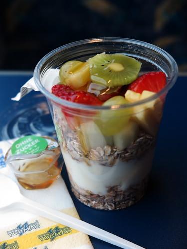 Joghurt mit Haferflocken, frischem Obst und Honig (vom Yorma's Stand am Hamburger Hbf)