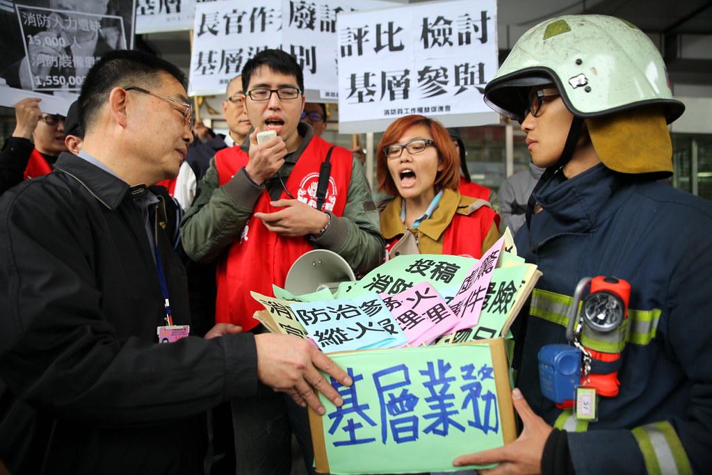 消防署副署長江濟人僅接受陳情,未正面回應訴求。(攝影:陳逸婷)