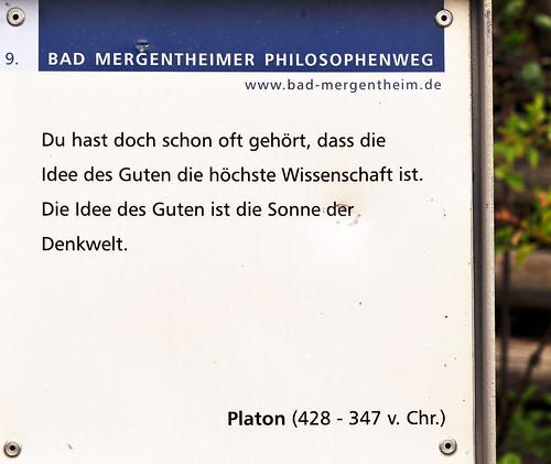 Der Philosophenweg in Bad Mergentheim umfasst 20 Texttafeln. Die Streckenlänge des Rundweges beträgt 3 Kilometer bei mittlerer Steigung. Acht der 20 Themen-Tafeln habe ich fotografiert: Epikur - Jimi Hendrix - Platon - Laotse - Johannes Adam - Friedrich Nietzsche - Epiktet - Demokrit.
