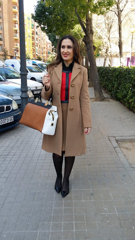 looks de oficina, vestido, camel, rojo y negro, blusa negra, abrigo camel, bolso blanco, camel y negro, zapatos tacón gatita, office outfits, dress, camel, red and black, blouse, camel coat, bag white, camel and black, kitten heel shoes,  Traka Barraka, Zara, Gloria Ortiz, Tintoretto, Aristocrazy